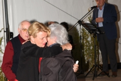 Pamelòa Villoresi abbraccia Adele Pardini. Dietro, Enio Mancini