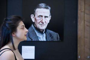 Caterina Meniconi interpreta Aldo Dini (la sua foto sullo sfondo)