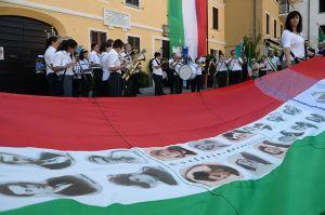 La bandiera con le foto delle vittime dell'eccidio