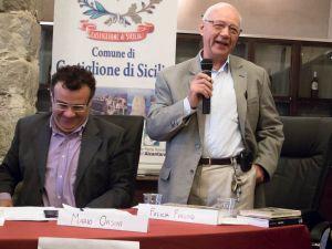 Castiglione di Sicilia. Mario Orsini, alla sua destra Turi Caggegi
